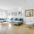 salón con sofá mint