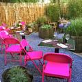 sillas rosas en terraza