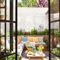 Terraza con gran sofá