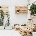 Terraza con mobiliario de pales