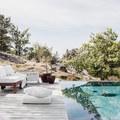 terraza con piscina de bordes infinitos