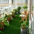 terraza cubierta con césped artificial