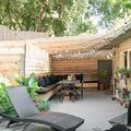 terraza renovada con muebles de obra y pérgola