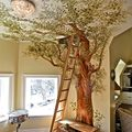 Un árbol pintado en la pared