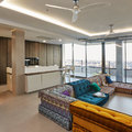 Un ático con estilo, zona salón y cocina.