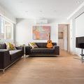 Un salón cálido con parquet