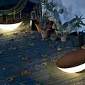 Una opción ideal es apostar por mesas lámparas para tu terraza