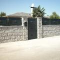 Valla de bloques de granito + puerta de entrada + placas de chapa