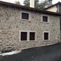 Ventanas con persiana en fachada de piedra