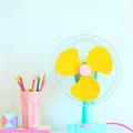 ventilador colorido en escritorio