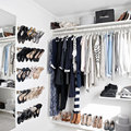 vestidor con zapatos colgados