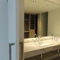 Vestidor en acabado lino en cuarto de baño incorporado.