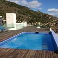 Vista de la cubierta de la casa con la piscina