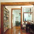 Vista del comedor - estudio  y la cocina.