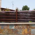 Vivienda Particular:  valla, parquet interior y tarima exterior.