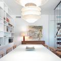 salón moderno con lámpara de diseño