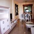 Zona salón: mueble televisor con comedor de fondo