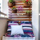 Balcón con palés y plantas