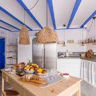 Cocina estilo mediterráneo con mesa central