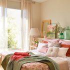 Dormitorio con textiles y jarrones de cristal