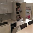 lavavajillas integrado, despensa extraible y frigorífico integrado