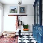 recibidor con suelo porcelánico y muebles restaurados