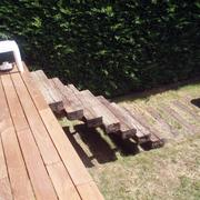 Plataforma exterior con escalera