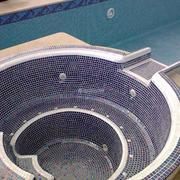 Instalación y recubrimiento de gresite de un jacuzzi con cascada