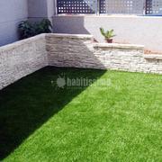 Instalación de césped artificial y creación de jardinera perimetral