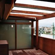 Cerramiento de terraza con madera tecnológica sin mantenimiento