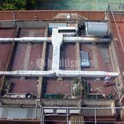 Construcción de patio de escuela sobre cubierta