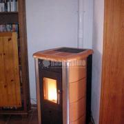 Estufa de pellets instalada en vivienda en Mallorca MODELO LEXIA 11 en cerámica cuero