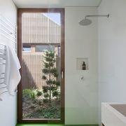 ducha con suelo de caucho