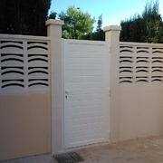 Construcción Pared Acabada Con Celosia Y Puerta Acceso