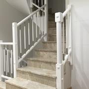 Lacado en blanco acrílico de una escalera en blanco