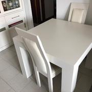 Alacena  Mesa  sillas color cerezo lacado en blanco roto.