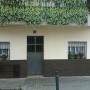 Reparación de una  fachada en una  planta baja, alicatado y pintura en Barcelona