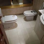 cemento decorativo en suelo de baño