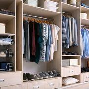 Armario con ropa ordenada