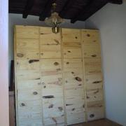 Armario rustico en madera maciza de pino con nudos a vista