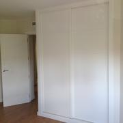 Puertas y armarios empotrados a medida lacados en blanco