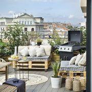 Balcón de estilo nórdico con muebles hechos de palés