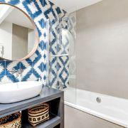 baño con azulejos azules