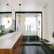 Baño con ducha y mampara de puertas abatiblese
