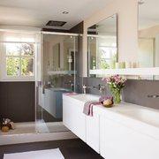 Baño con ventana exterior e iluminación con halógenos