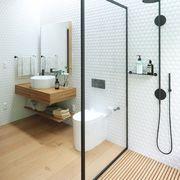 Baño moderno con azulejos tipo abeja