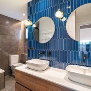 Baño moderno con doble lavabo y doble espejo