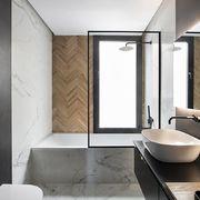 Baño moderno con ducha de mármol