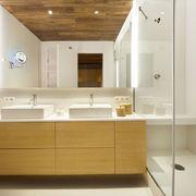 Baño moderno con radiador toallero