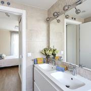 Baño pequeño con espejo grande
